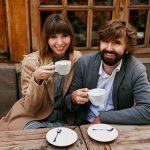 Momentos românticos de casal elegante apaixonado sentado num café, a beber café, a conversar e a desfrutar do tempo passado um com o outro.