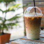 Café gelado em cima da mesa